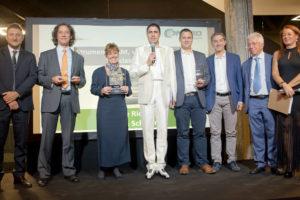 Ornella Crippa di Rohde & Schwarz riceve la targa per l'Innovation Award di Selezione di Elettronica per lo Scope Rider RTH