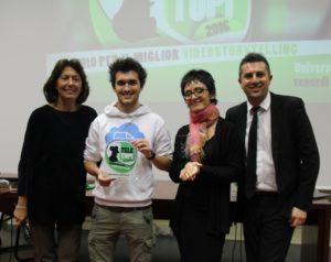 """Carmel La Sorella, Giovanna Cosenza e Giampaolo Colletti consegnano il premio al lavoro """"Amore e Partita Iva"""", realizzato dalla  start-up Fatture in cloud."""