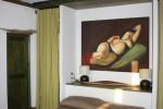 Quasi tutti gli arredi sono costruiti in muratura, con gli angoli arrotondati e possono essere usati anche come contenitori, compreso il letto matrimoniale la testata-comodino retrostante.