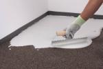 Stesura dell'adesivo per l'incollaggio della pavimentazione