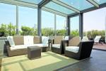 Gli infissi scorrevolidella veranda sono antisfondamento e la schermatura è assicurata da vetri zenitali basso emissivi