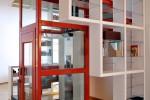 L'appartamento si sviluppa intorno all'ascensore che contribuisce a separare gli ambienti per funzione senza dover rinunciare al loft