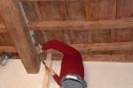 Il soffitto della zona notte con cassettoni a vista di legno di castagno reintegrati nelle parti mancanti non è interrotto dai muri divisori interni, ma anzi, è valorizzato dal posizionamento di lampade che proiettano luce indiretta