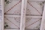 Il soffitto decorato nella zona giorno: la pitturazione è stata ripristinata nelle parti mancanti e le decorazioni originali rifinite con stencil appositamente preparati