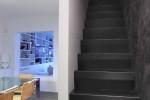 La sostituzione della scala di legno con una scala di ferro a una sola rampa e con gradini di ridotte dimensioni (lamiera di ferro piegata con un angolo acuto di 82 gradi e una sovrapposizione della pedata di 3 cm) permette di guadagnare spazio e creare un agevole disimpegno al piano superiore