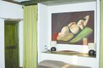 La camera matrimoniale ha dimensioni minime; il bagno pare un volume a se stante all'interno dell'ambiente e crea un soppalco aperto sulla camera