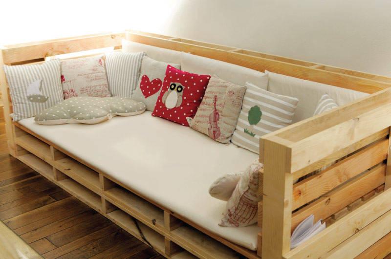 Il divano 800x1200 è formato da pallet in legno massiccio di abete. La seduta è disponibile in diverse varianti. Dimensioni: 80x269cm; variante: 80x240cm