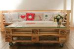 Il tavolino basso è realizzato con 2 pallet EPAL, 4 ruote e un vetro. Dimensioni: 80x120 cm