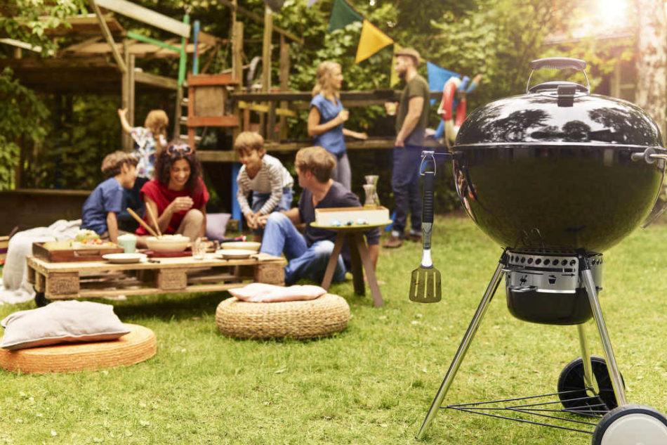 Il barbeque a carbone Weber Master Touch, da 57 cm di diametro, serve fino a 10 coperti. Braciere e coperchio in acciatio smaltato disponibile in vari colori. Prezzo 359 euro