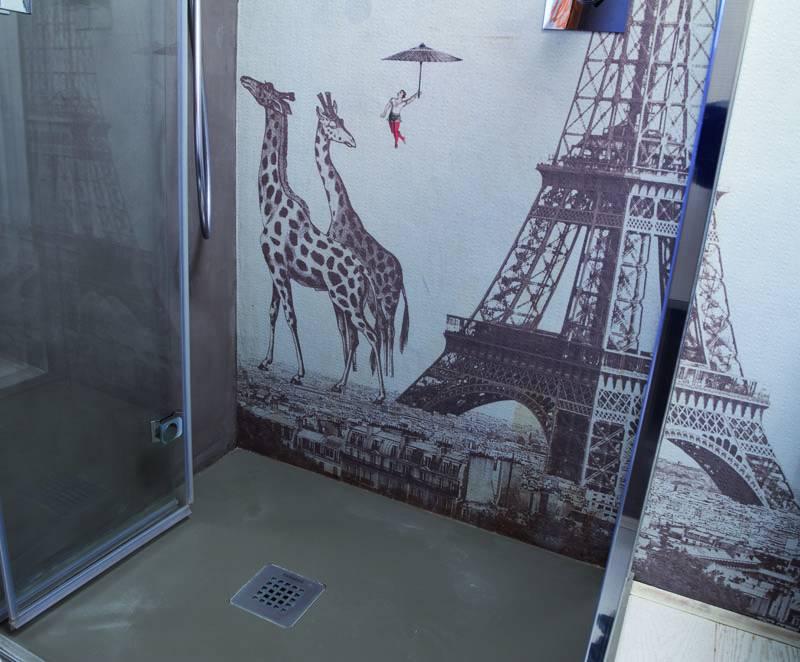 Il piano doccia è stato allargato rispetto a quello originario e si è scelto di rivestirlo con lo stesso materiale utilizzato per il piano del lavandino, acrilico, non poroso, antiscivolo, effetto stone mat.