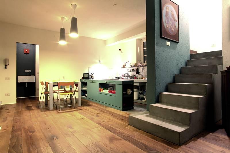 Al piano terra l'ampia zona giorno, con il pavimento in legno di olmo e la cucina in parte in muratura
