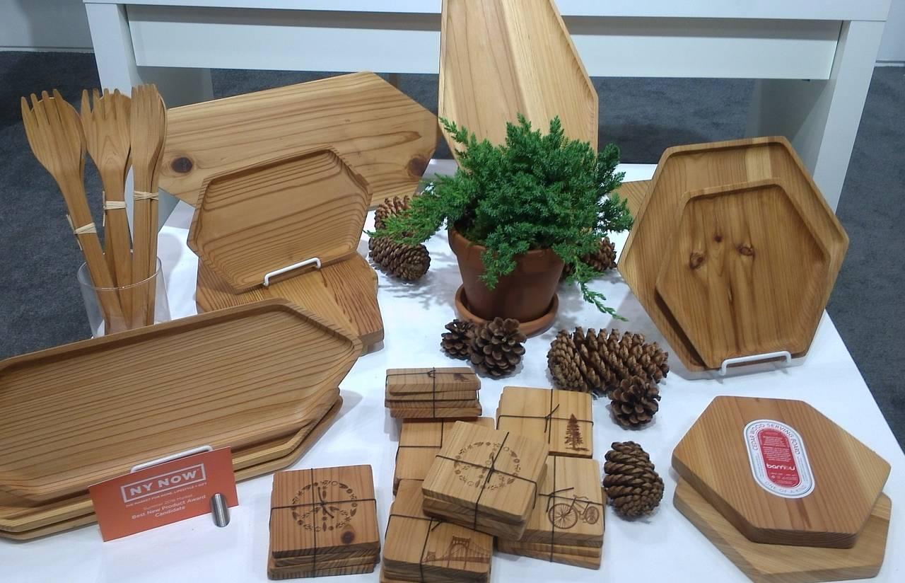 Bambùpresenta vassoi da portata in legno di cedro recuperato.