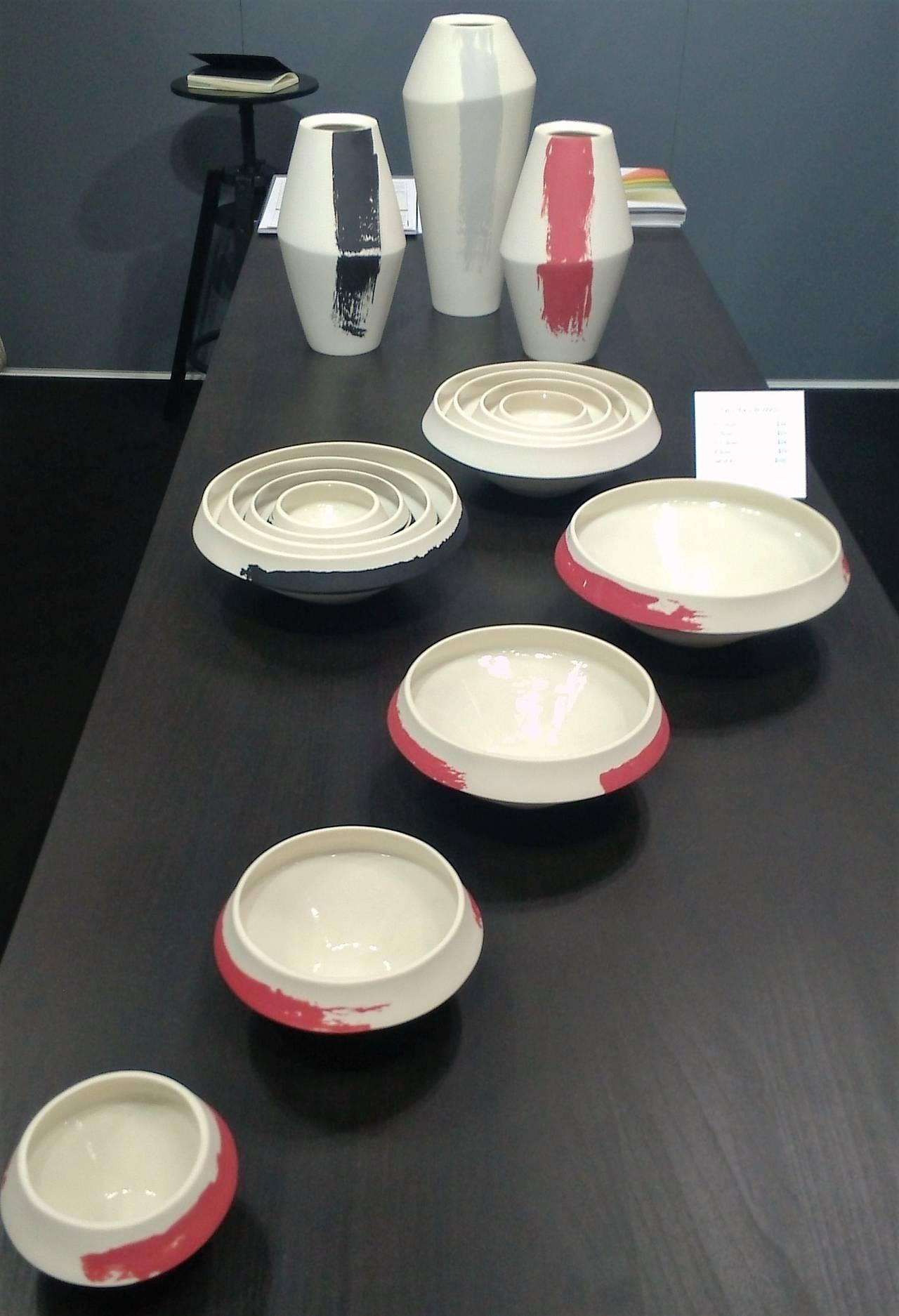 """Nesting Bowls di Romi Ceramics, set di quattro ciotole dalle linee geometriche pulite lavorate a mano, quindi uniche, """"annidate"""" l'una dentro l'altra."""