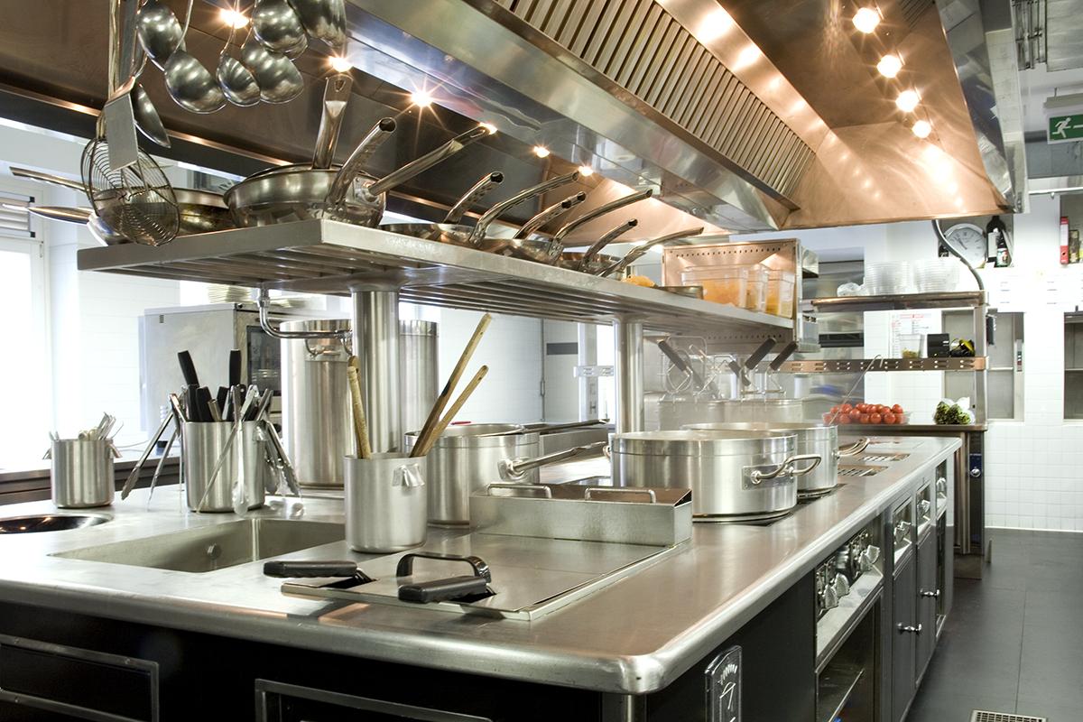 La cucina professionale del ristorante la mantia di milano for Arredamenti molteni milano