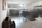 Cucina in acciaio in un'abitazione altoatesina