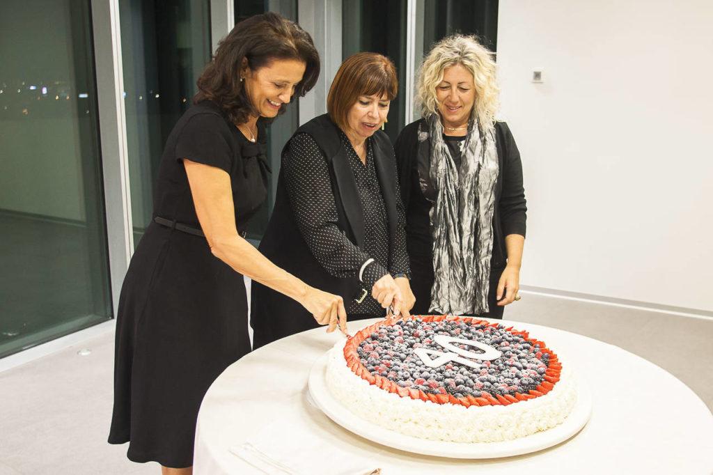 Il taglio della torta ha chiuso la bellissima festa celebrata presso la sede di Tecniche Nuove, casa editrice di Ambiente Cucina
