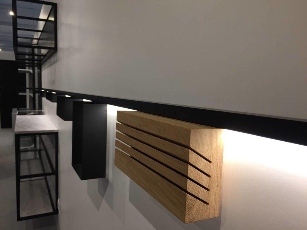 Line, la nuova proposta di elementi sotto pensili in alluminio anodizzato e legno proposta da Alumexx