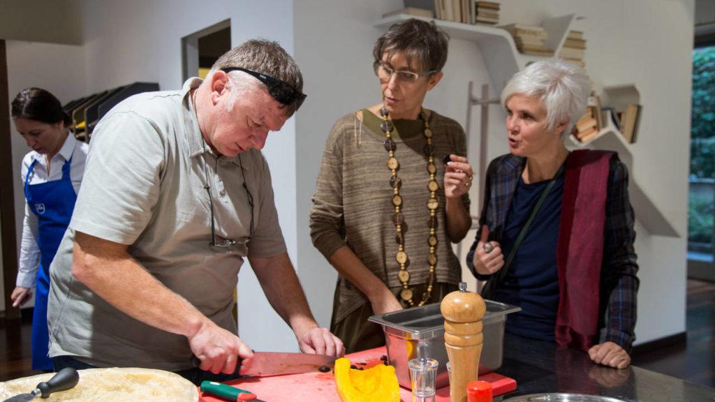 Lo chef Umberto Zanussi insieme agli architetti dello studio FZI Interiors , vincitore della terza tappa dei Cooking Race