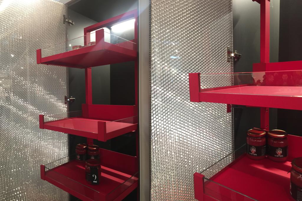 Gli accessori interni per colonna proposti da Vibo in un rosso fuoco