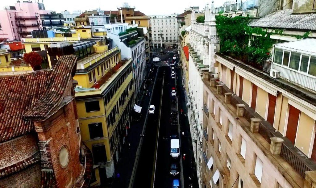 Una vista della via Durini, consacrata come una dei più importanti distretti del design milanese e internazionale