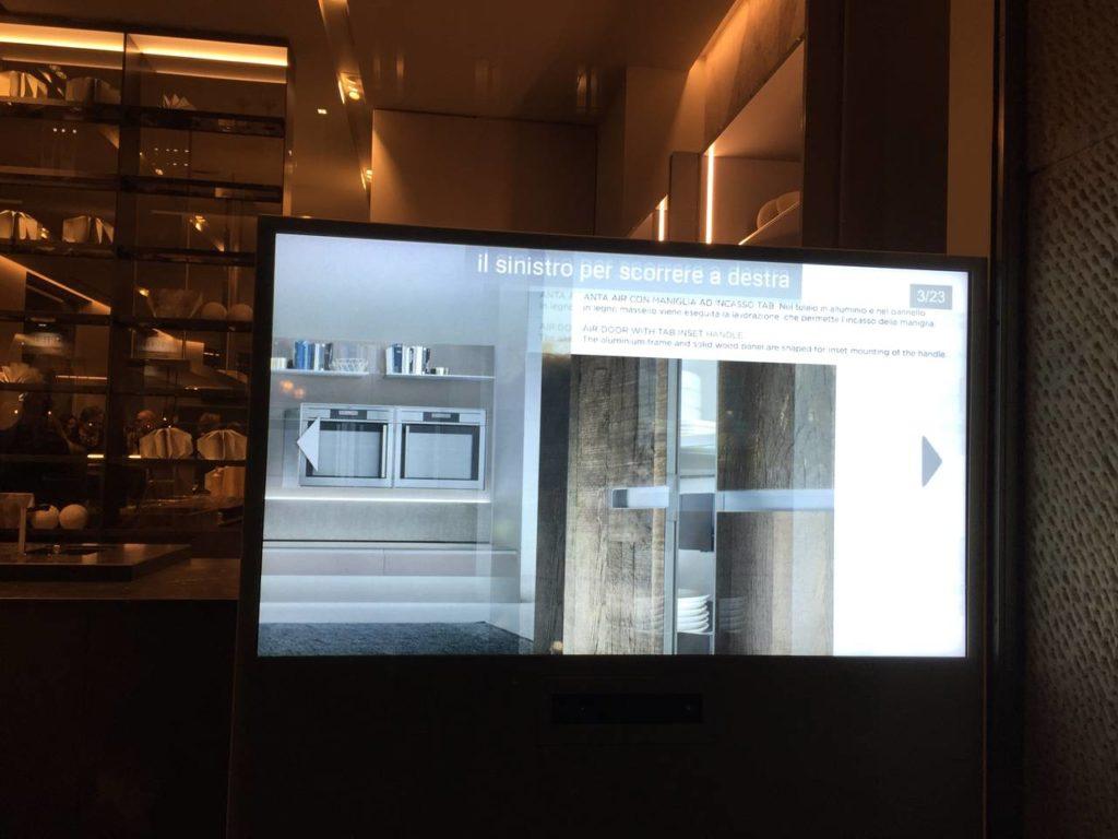Lo schermo touchless proposto da Ernestomeda per il nuovo showroom di via Larga, a Milano