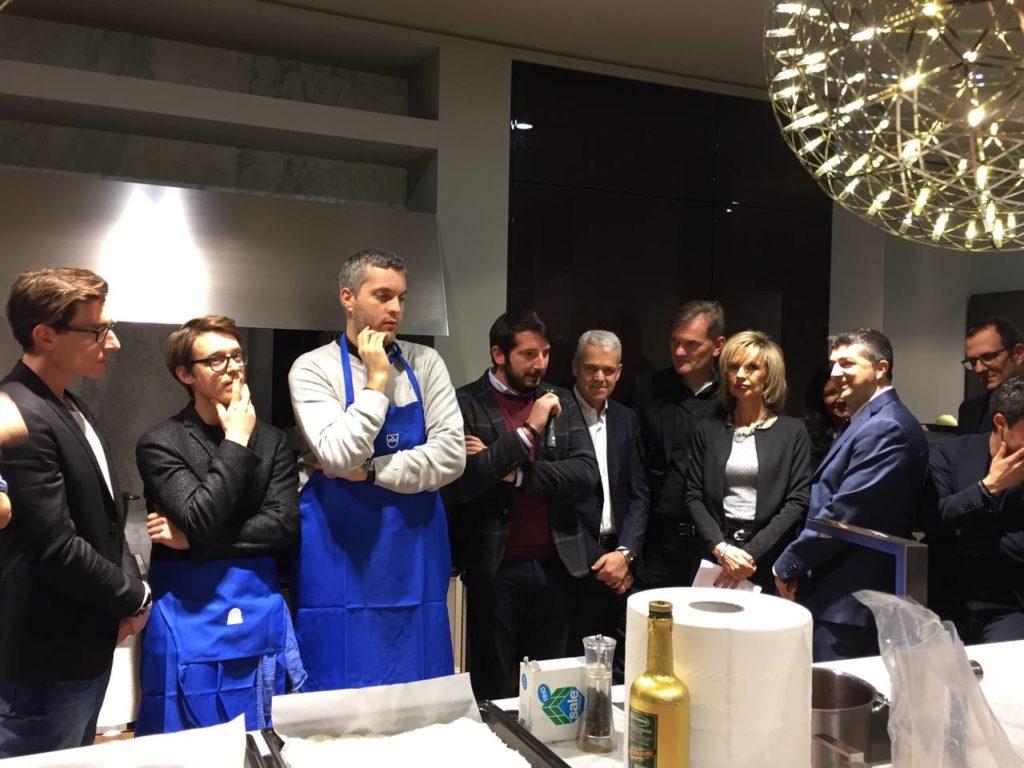 Marco Scapin di Marmo Arredo mentre racconta il coinvolgimento dell'azienda nella progettazione e realizzazione dei piatti di portata disegnati dai singoli studi