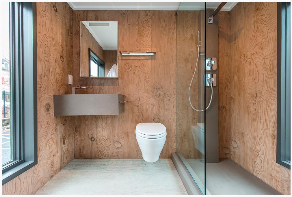 Il bagno è stato realizzato con i sanitari Toto e la superficie di rivestimento delle pareti è in La Bohéme B01