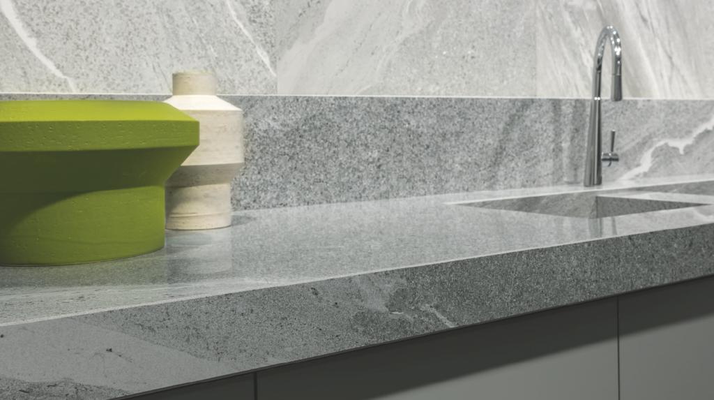 La lastra Florim Stone è uno degli esempi di come il lavello può essere perfettamente integrato nel piano di lavoro grazie al materiale in ceramica di cui sono entrambi realizzati