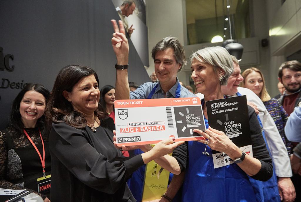 Paola Massobrio, ad di Frigo 2000 Hig Performance Kitchen, mentre consegna il secondo premio allo studio Baldessari e Baldessari