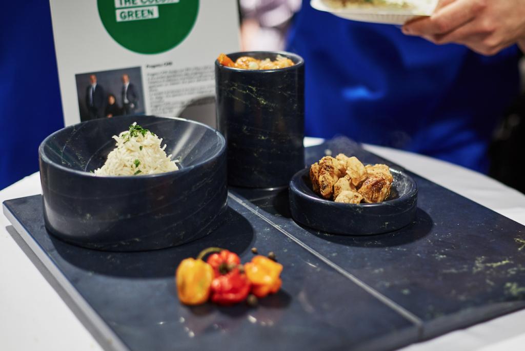 Scultoreo il piatto progettato da Progetto CMR, a contrasto con il piccante della ricetta proposta