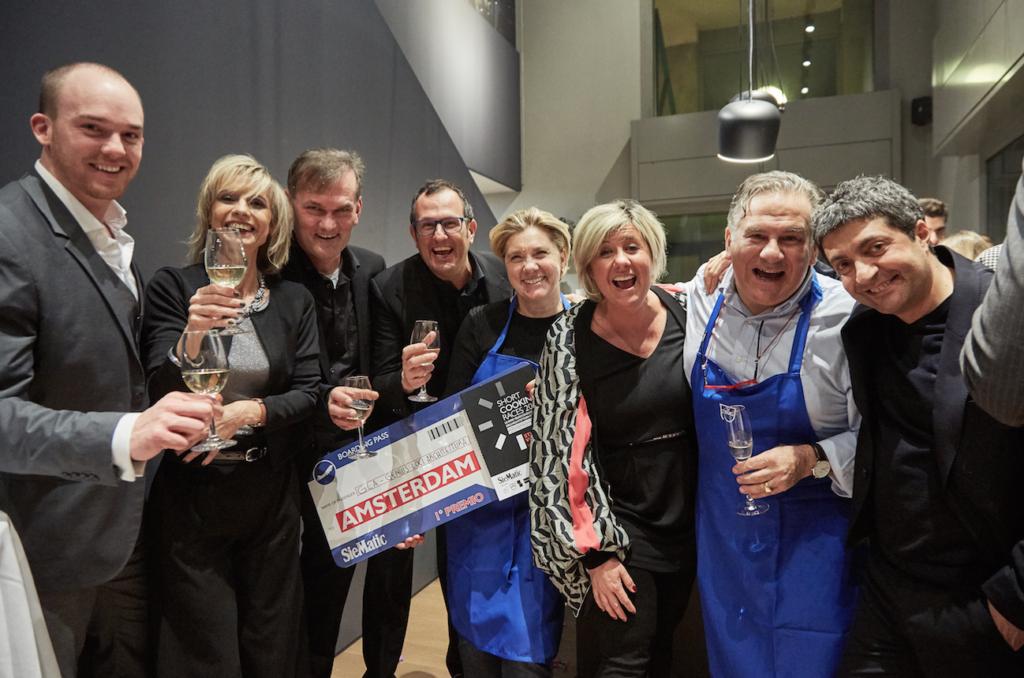 Il team Siematic brinda con i vincitori che hanno come premio un viaggio adAmsterdam