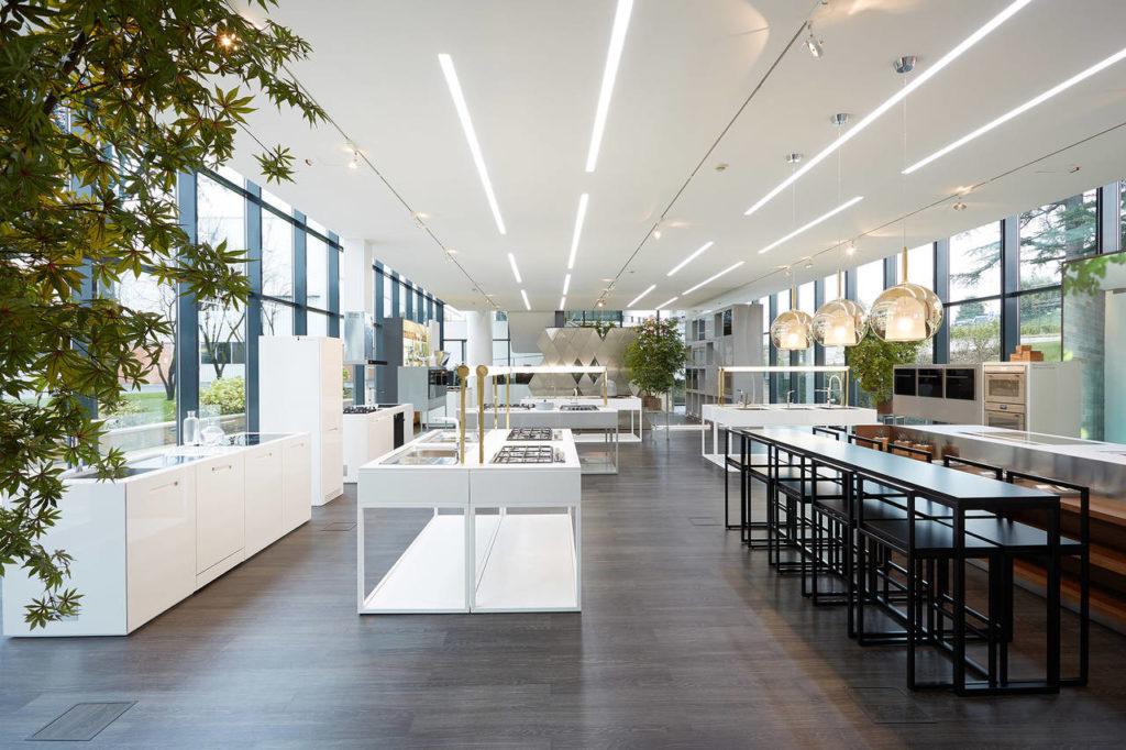 Dopo anni di collaborazione con il l'azienda, l'architetto Carlo Colobo ha disegnato anche lo showroom della sede italiana a Peschiera del Garda. Una firma la cui eleganza inconfondibile da risalto alle collezioni Franke