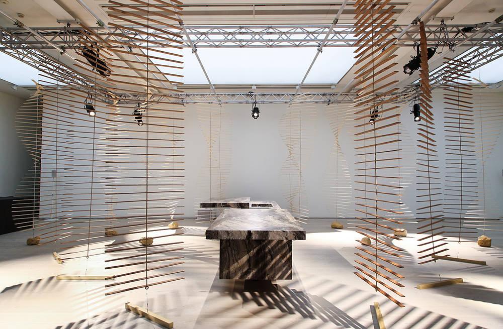 L'isola K-In/K-Out presentata nella Saatchi Gallery, rinomata galleria d'arte contemporanea londinese. Le originali installazioni mobili in legno di forma elicoidale sono dello studio Bonsoir Paris