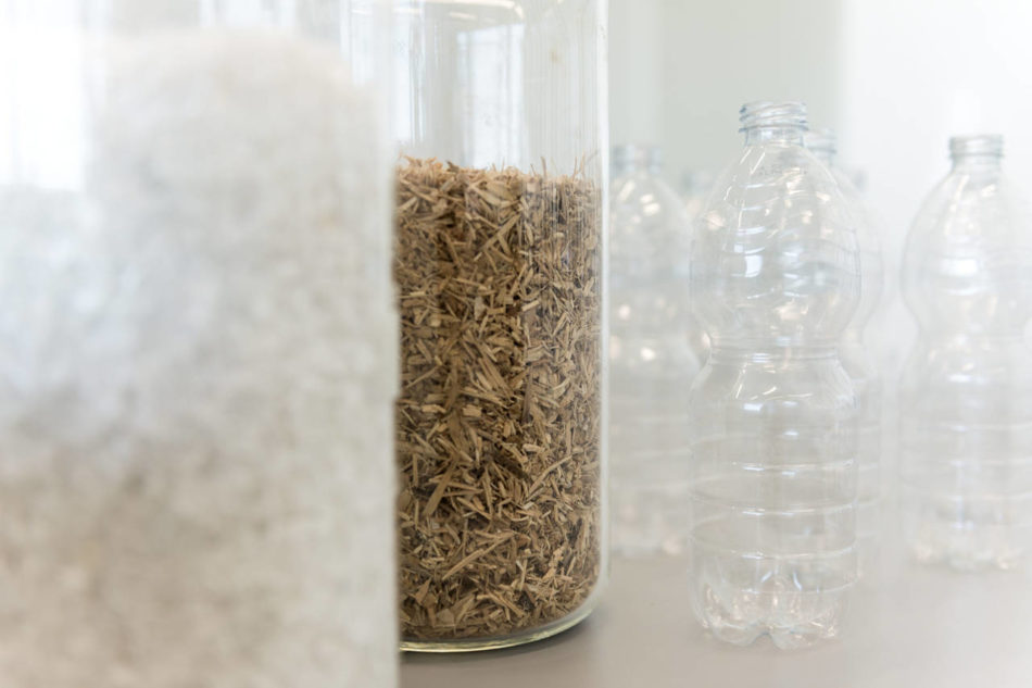 The plastic and the wood used to make KUNGSBACKA kitchen fronts comes from recycled PET-bottles collected by Japanese municipalities and recycled FSC-certified wood[2][2][1]