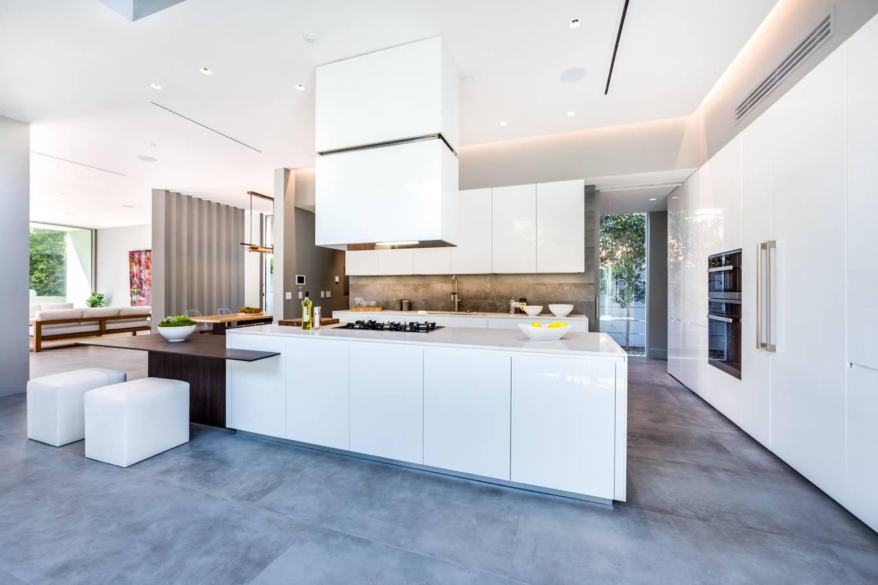 Cucina con piscina a beverly hills ambiente cucina for Enorme isola cucina