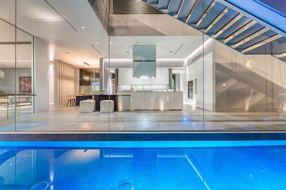 Cucina con piscina a Beverly Hills