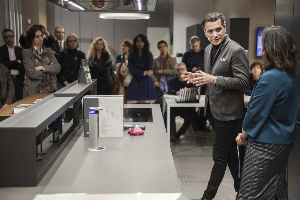 Franco Driusso, art director di Arrital mentre spiega il concetto di Kitchen Culture che caratterizza il brand