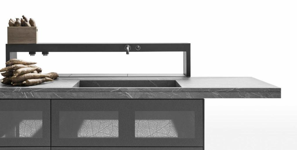Artematica Invitrum sfida le leggi della statica, sostenendo il lavabo di oltre 200 kg di pietra