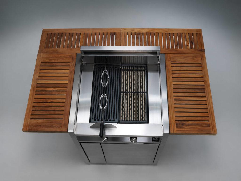 Il barbecue diventa conviviale grazie al funzionale piano in teak che circonda la zona cottura di Green