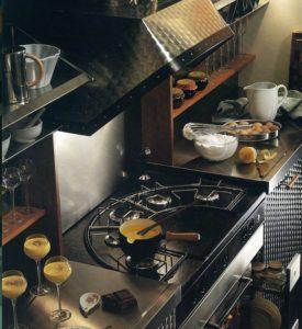 Acciaio e legno per la cucina Desk proposta per Sarila nel 1984 che vede nella zona cottura il suo fulcro. Da notare il piano Stone realizzato in ceramica
