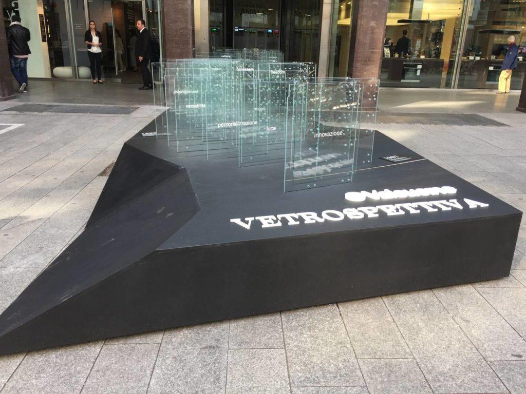 """Il progetto """"Retrospettiva"""" si è sviluppato lungo una dorsale che, dall'interno della boutique arriva sino alla strada attraverso 120 metri di vetro, 106 fianchi Invitrum, 800 metri di strip lead e 8 tagli di luce"""