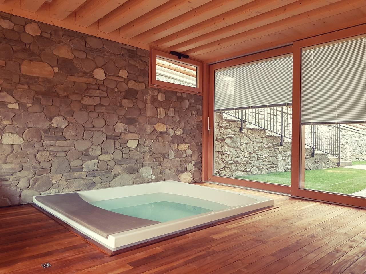 Zona SPA, con vista sul giardino, che ospita una mini piscina idromassaggio, una sauna e una zona relax