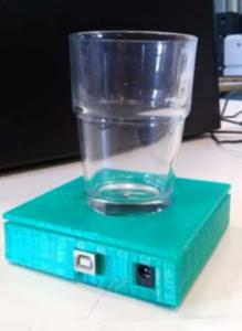 La finalità pratica della digital fabrication trova conferme anche a scuola: dispositivi di uso comune, come un semplice bicchiere, reinterpretati in chiave tecnologica per assolvere a una funzione basilare: aiutare gli anziani a idratarsi