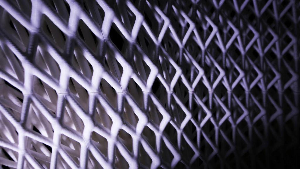 La struttura cellulare del padiglione varia in porosità, orientamento e topologia per ottimizzare le prestazioni meccaniche, seguendo l'esempio della microstruttura interna delle ossa