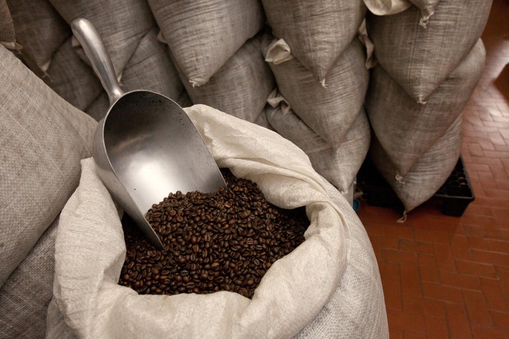 fase di post-tostatura per la maturazione del caffè tostato