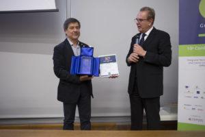 Marco Fedeli, Fondatore di Green Globe Banking e Presidente Assosef, consegna a Lorenzo Berlendis, Vice Presidente di Slow Food Italia il premio Green Globe Banking ad Honorem
