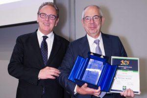 Marco Fedeli, Fondatore di Green Globe Banking e Presidente Assosef, consegna a Walter Pinci di BancoPosta-PosteItaliane il premio Green Globe Banking per gli impatti Diretti