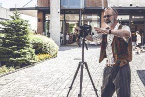 """il personaggio di Franco, interpretato dall'attore Rocco Papaleo, in un momento di pausa sul set del Film """" Che vuoi che Sia"""" a Vicolungo The Style Outlets"""