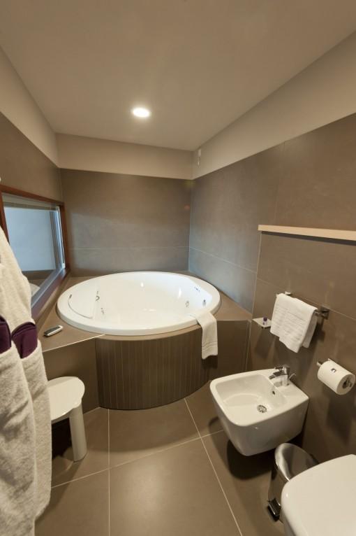 Nella struttura completamente eco-compatibile dell' Aqualux Hotel Spa Suite & Terme di Bardolino, progettato da Lino Rama, la filosofia del progetto è all'insegna dell'ecologia e l'acqua.