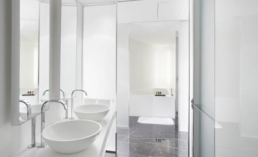 Il ME Hotel di Londra, progetto architettonico e interior: Foster+Partners, fa parte della riqualificazione delle strutture che costituivano il Crescent degli anni '20. Tecnologia e design caratterizzano le scelte progettuali anche dell'ambiente bagno, uno spazio elegante, non convenzionale, nel quale gli elementi presenti si connotano come oggetti dalla forte identità capaci di valorizzare un bagno contemporaneo.